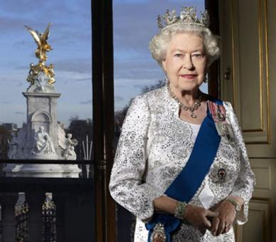 queen elizabeth diamond jubilee queen victoria memorial official portrait